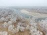 중국 북서부 신장의 위구르 자치구 알타이 현의 서리꽃핀  Ertix 강 풍경