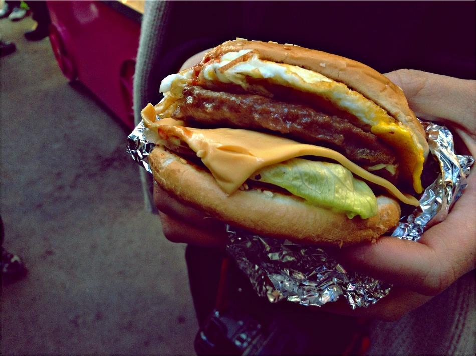 속이 가득 든 햄버거의 모습