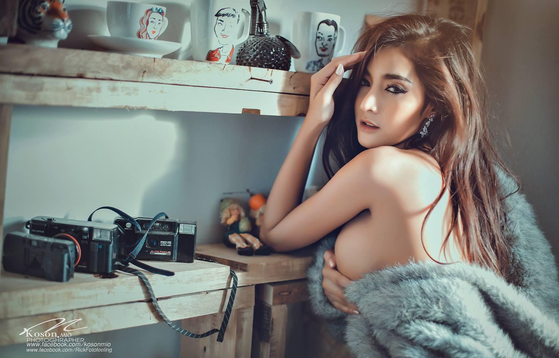 hot nude Asian girls pose